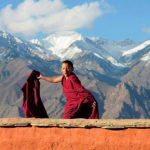 malý Tibet, mlady mnich na střeše buddhistického chrámu